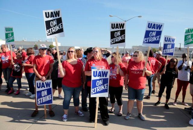 Obreros de la UAW en huelga