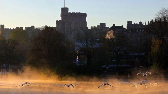 Primeras luces del día en el Castillo de Windsor, junto al río Támesis de Londres, en el funeral del duque de Edimburgo este 17 de abril.