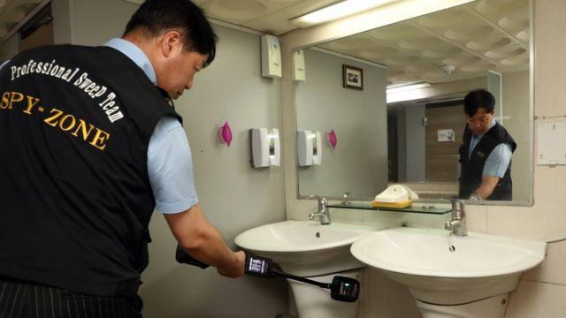 주기적으로 점검하는 화장실에는 '여성 안심 화장실' 스티커가 부착된다