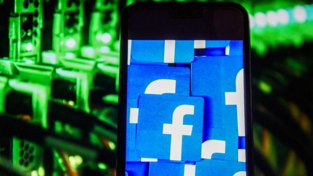 Logo de Facebook en un teléfono.