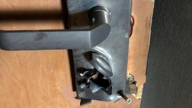 มือปืนยิงที่ล็อกบนประตูห้องของวาซิเลโอส เพื่อเข้ามาในห้อง