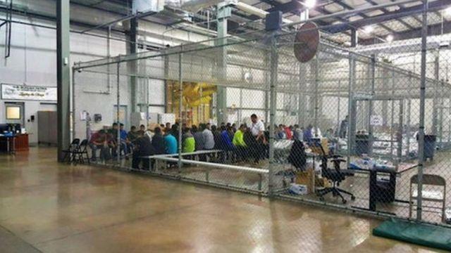 Área destinada a imigrantes detidos no Texas