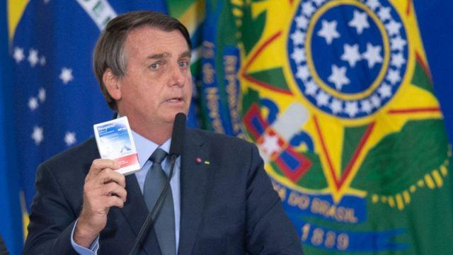 Bolsonaro segura caixa de remédio em pronunciamento