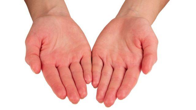 Женские руки ладонями вверх