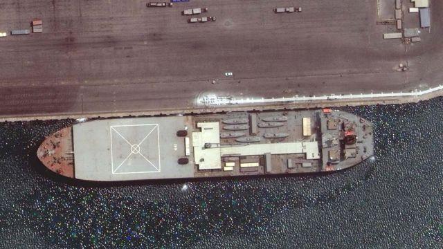 کشتی مکران در حال بارگیری در بندر عباس هشتم اردیبهشت ۱۴۰۰