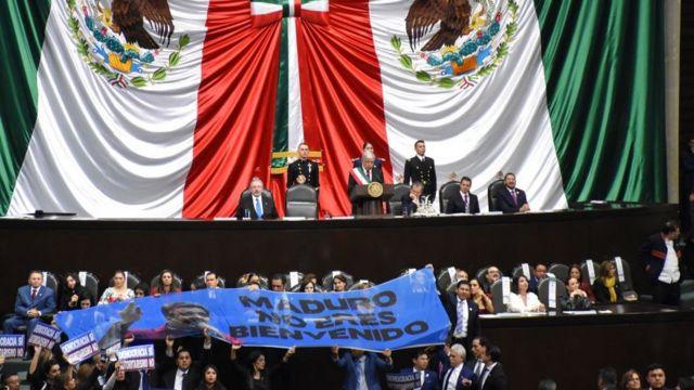 Aunque Maduro no acudió al acto en el Congreso de México, los diputados de oposición protestaron en su contra.