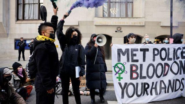 Sarah Everard davasının görüldüğü mahkeme salonu önünde protestocular 'Londra Polis Teşkilatı elinizde kan var' pankartı açtı
