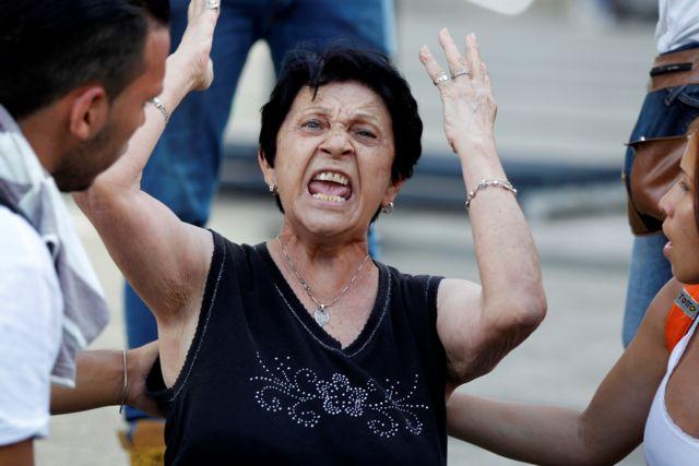 Una mujer gritando