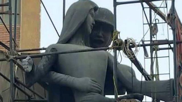 Les habitants de la ville de Sohag estiment que la statue évoque une femme harcelée sexuellement ou qu'elle donne une image frivole des militaires égyptiens.