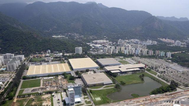 Vista aérea mostrando os pavilhões do complexo do RioCentro