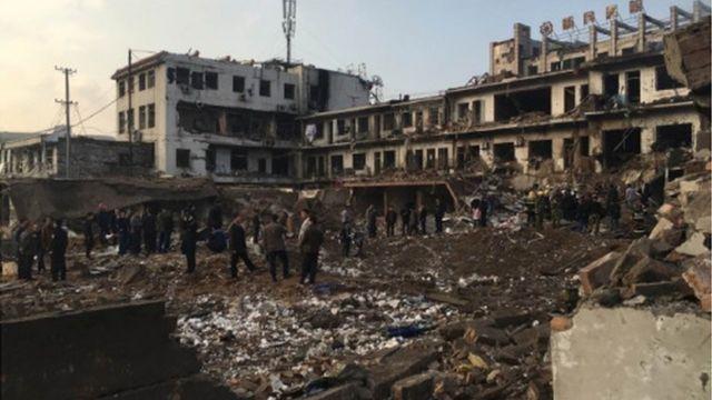 爆発現場では建物が激しく損壊した