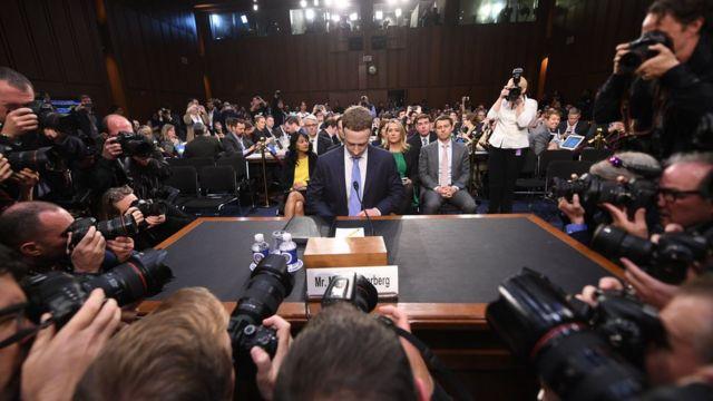 Mark Zuckerberg mira hacia abajo, en su comparecencia ante el Senado estadounidense.