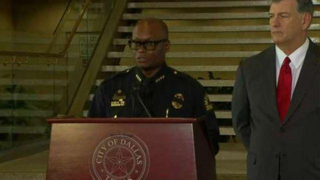 記者会見するブラウン市警本部長とローリングス市長(8日、ダラス)