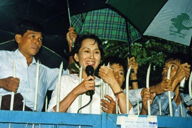 一時的に自宅軟禁を解かれた1995年7月、支持者を前に演説するスーチー氏