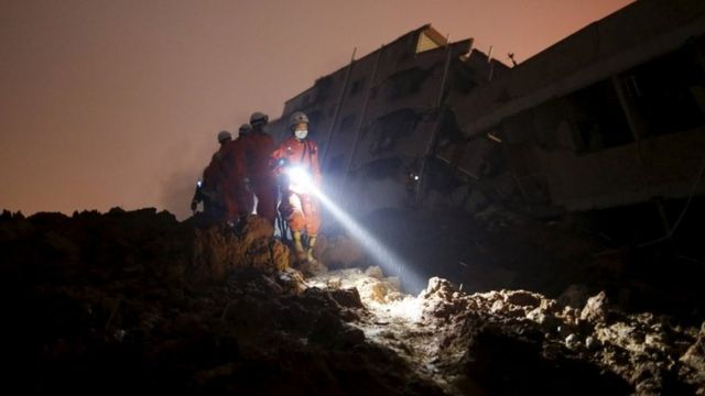 土砂崩れ現場の捜索作業(20日、中国・深圳市)