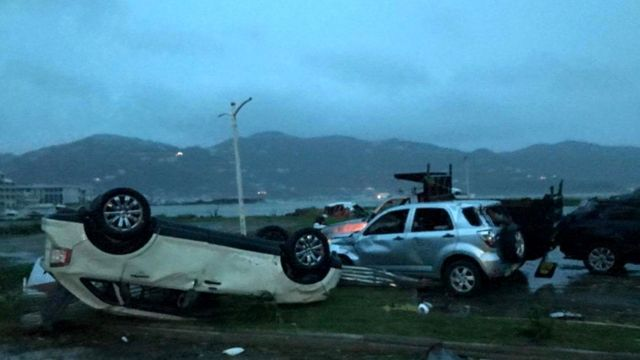 Automóviles destruidos en Road Town, Tórtola, Islas Vírgenes Británicas
