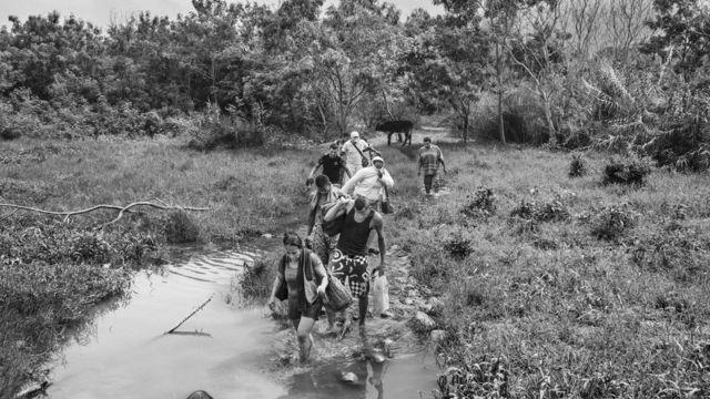 Emigrantes venezolanos cruzando hacia Colombia.