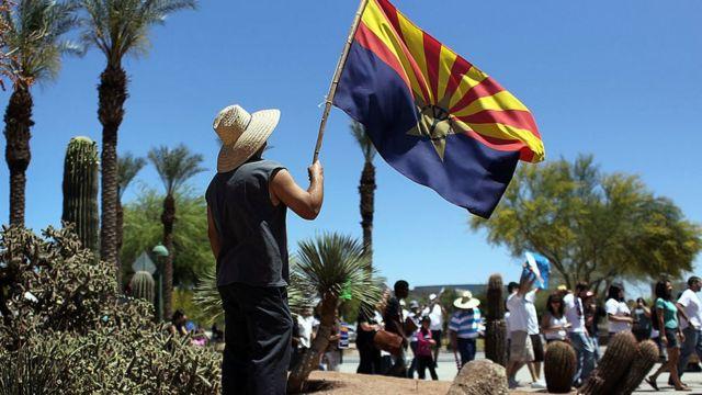 Un manifestante en contra de la reforma migratoria en el estado de Arizona en 2010.