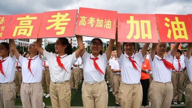 """高考前夕,昆明市第一中学的学生们为高三年级学生举行高考""""壮行仪式""""。"""