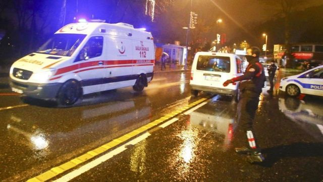 इस्तांबुल हमले के बाद लोगों को निकाल कर अस्पताल ले जाते हुए लोग