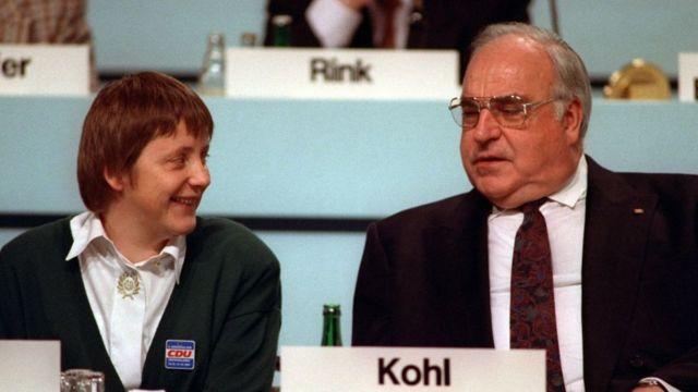 Angela Merkel y Helmut Kohl, en una reunión de la CDU en 2001.