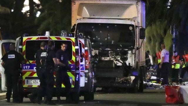 รถบรรทุกพุ่งชนฝูงชนในเมืองนีซในประเทศฝรั่งเศส