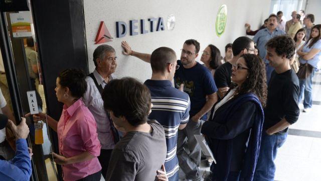 Pasajeros esperan frente a las oficinas de Delta en Caracas, el 7 de julio de 2014