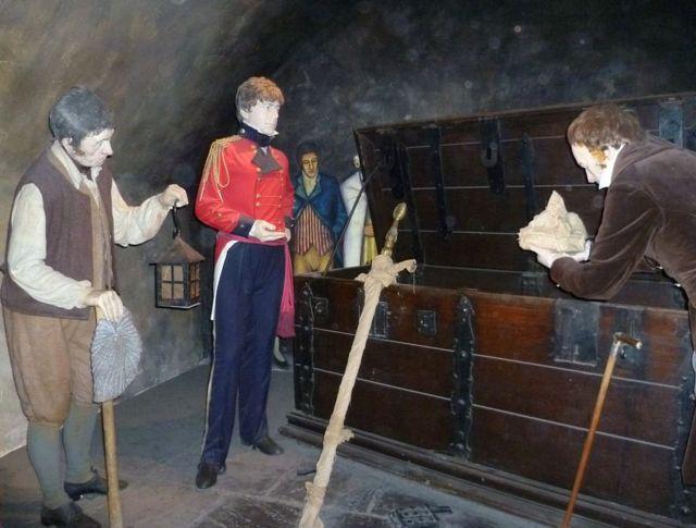 Инсталляция в Эдинбургском замке, демонстрирующая, как Скотт нашел корону