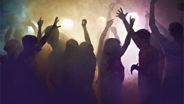 Jovens fazendo festa