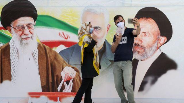 ناخبون إيرانيون أمام مراكز الإقتراع