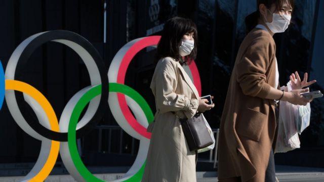 أشخاص يرتدون أقنعة في طوكيو