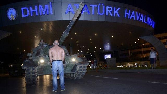 De forma masiva o individual, muchas personas se enfrentaron a los militares golpistas. En esta imagen se ve a un individuo intentando detener a un tanque que pretende ingresar al aeropuerto Ataturk de Estambul.
