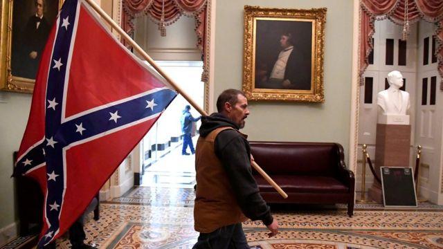 Деякі демонстранти мали прапори Конфедерації, які часто використовують прихильники крайніх правих течій