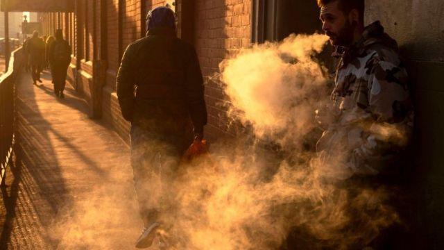 한 남성이 영국 런던 워털루 역 주변에서 전자담배를 피우고 있다