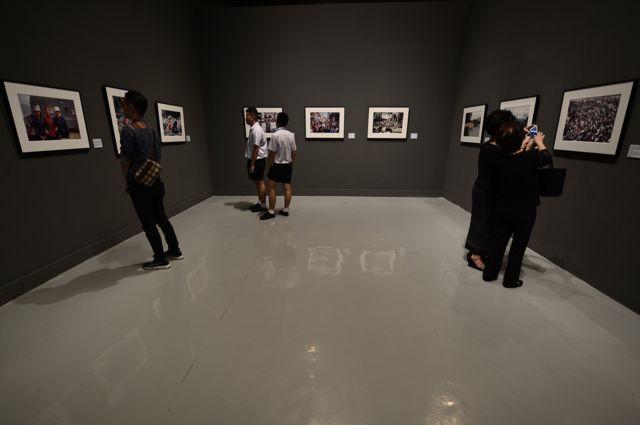 ประชาชนเข้าชมนิทรรศการภาพถ่ายฝีพระหัตถ์พระบาทสมเด็จพระปรมินทรมหาภูมิพลอดุลยเดช ณ หอศิลปวัฒนธรรมแห่งกรุงเทพมหานคร ซึ่งจะจัดแสดงไปจนถึงวันที่ 7 มกราคม 2561 ที่บริเวณชั้น 9 หอศิลปวัฒนธรรมแห่งกรุงเทพมหานคร