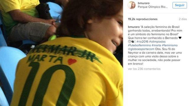 """Captura de pantalla del video de Bernardo explicando por qué tachó el nombre """"Neymar Jr"""" de la camiseta número 10 de la selección y escribió el de Marta."""