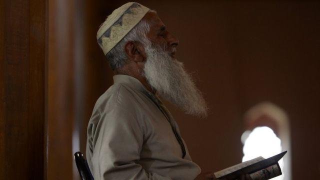 কাশ্মীরে শ্রীনগরের জামিয়া মসজিদে নামাজ আদায় করছেন স্থানীয় এক বাসিন্দা (ফাইল চিত্র)
