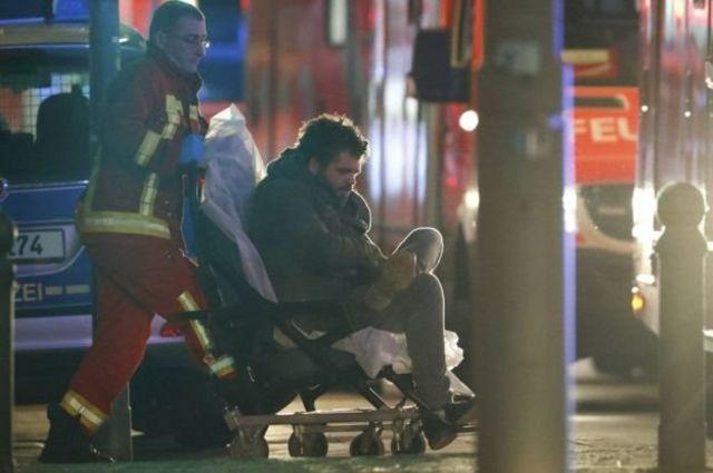 أحد المصابين أثناء اسعافه