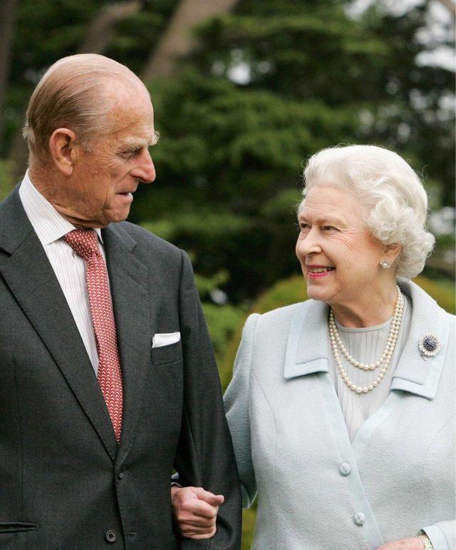 El duque de Edimburgo y la reina Isabel.