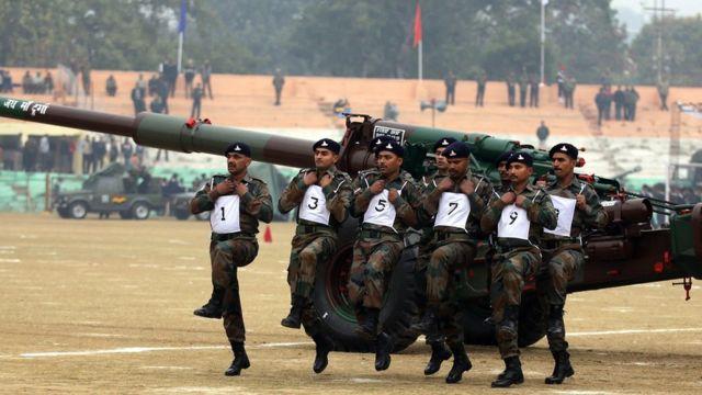 जम्मू में तोप के साथ भारतीय सेना के जवान.