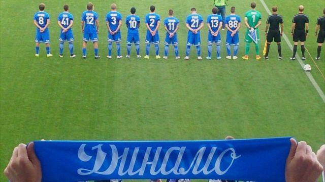 """Команда """"Динамо"""" во время исполнения гимна России на фоне клубного шарфа"""