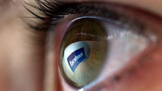 El logo de Facebook reflejado en el ojo de una niña.