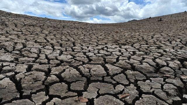 Tierra resquebrajada durante una sequía en Honduras