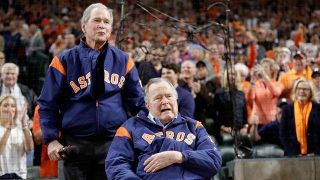 George W. Bush y George H.W. Bush hablan a los espectadores de un juego de la Serie Mundial de 2017.