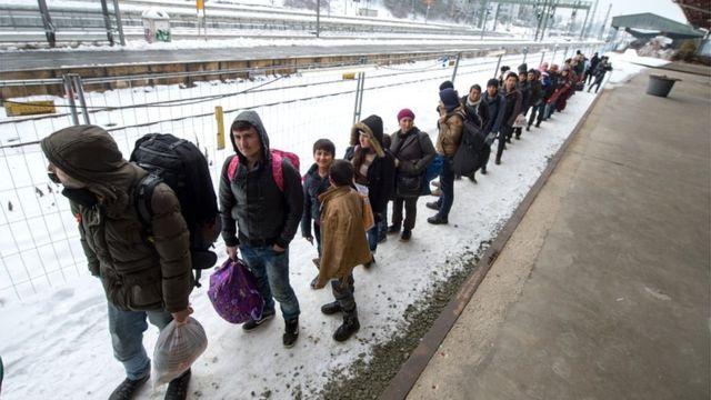 ドイツ・パッサウの駅で専用列車に向かう難民の列(5日)