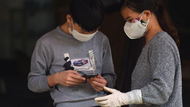Người dân xã Sơn Lôi kiểm tra thông tin về dịch bệnh trên điện thoại