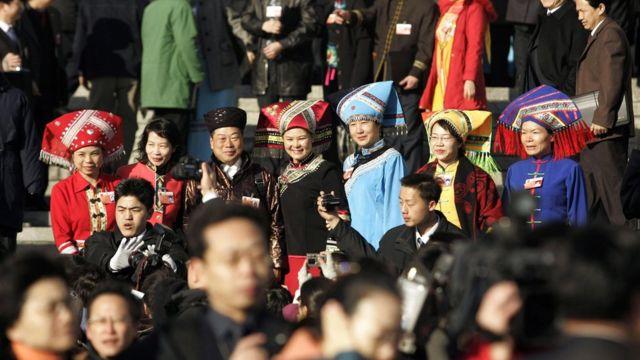 Делегаты от различных китайских этнических меньшинств прибывают в Дом народных собраний на ежегодную сессию китайского парламента в Пекине, 5 марта 2007 года.