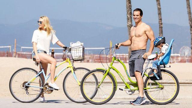 Actor de Hollywood y su familia en una playa de California