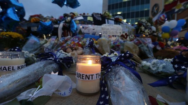 Flores en memoria de los policías muertos en Estados Unidos