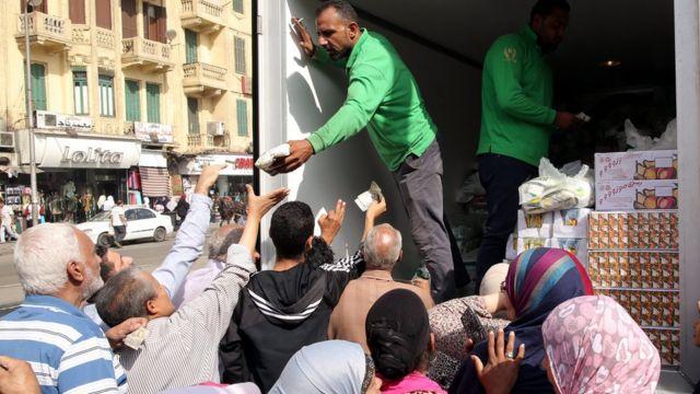 شاحنة توزع موادا غذائية في مصر